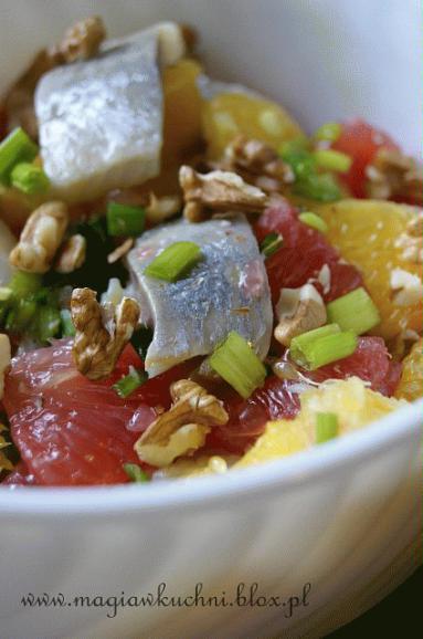 Zdjęcie - Lekka sałatka ze śledziem   - Przepisy kulinarne ze zdjęciami