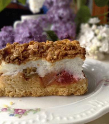 Zdjęcie - Ciasto z rabarbarem i pianką - Przepisy kulinarne ze zdjęciami