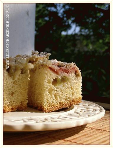 Zdjęcie - Proste ciasto z rabarbarem i kruszonką  - Przepisy kulinarne ze zdjęciami