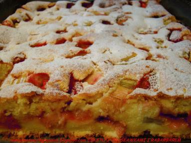 Zdjęcie - CIASTO Z TRUSKAWKAMI RABARBAREM I MAŚLANKĄ - Przepisy kulinarne ze zdjęciami