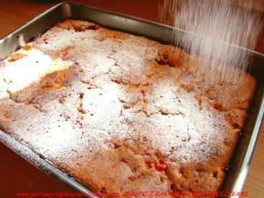 Zdjęcie - CIASTO Z RABARBAREM CZERWONĄ PORZECZKĄ I MAŚLANKĄ - Przepisy kulinarne ze zdjęciami