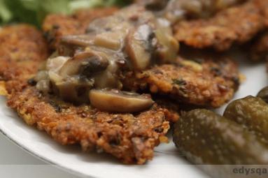Zdjęcie - Placki gryczano - ziemniaczane z sosem musztardowym boczniakowo-pieczarkowym - Przepisy kulinarne ze zdjęciami