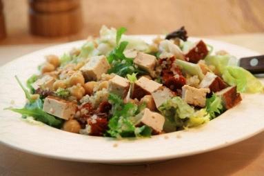 Przepis Salatka Z Komosy Ryzowej Ciecierzycy I Tofu Proste Przepisy