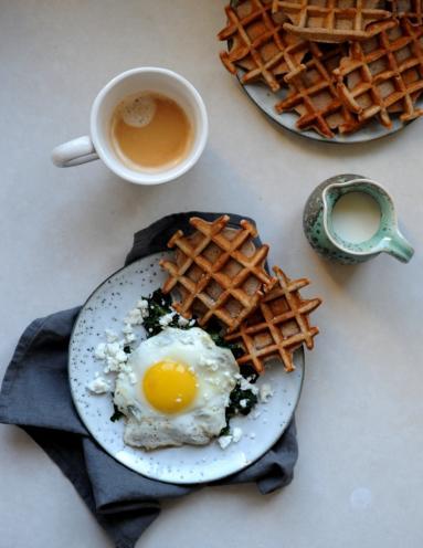 śniadanie Do łóżka 209 Pełnoziarniste Gofry Z Jajkiem Fetą I Szpinakiem