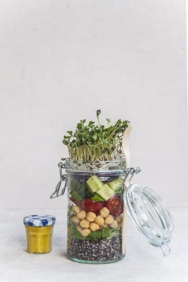 Przepis Salatka Z Czarna Quinoa I Z Kielkami Rzodkiewki W Sloiku