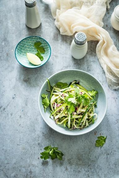 Zdjęcie - Surówka z ogórka w stylu azjatyckim – szybka i prosta - Przepisy kulinarne ze zdjęciami