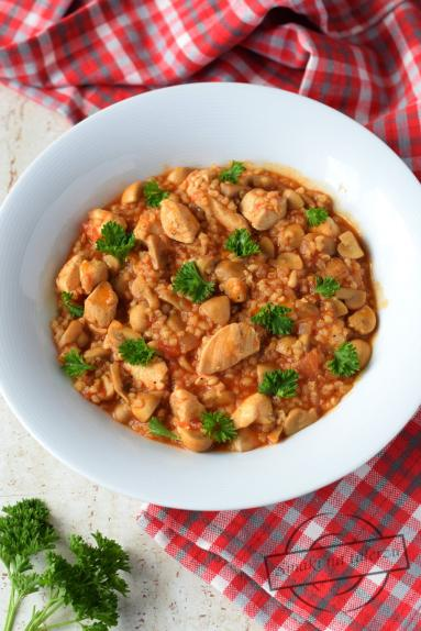 Zdjęcie - Kurczak z kaszą, pieczarkami i pomidorami - Przepisy kulinarne ze zdjęciami