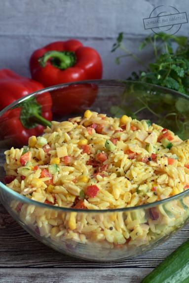 Zdjęcie - Sałatka z makaronem ryżowym - Przepisy kulinarne ze zdjęciami